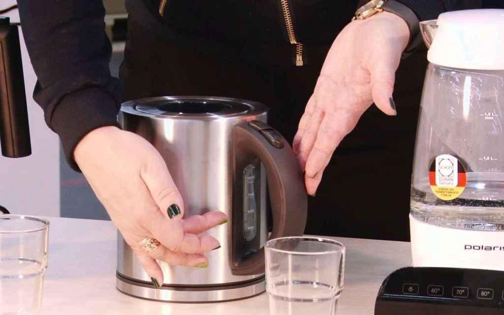 Женщина чистит чайник