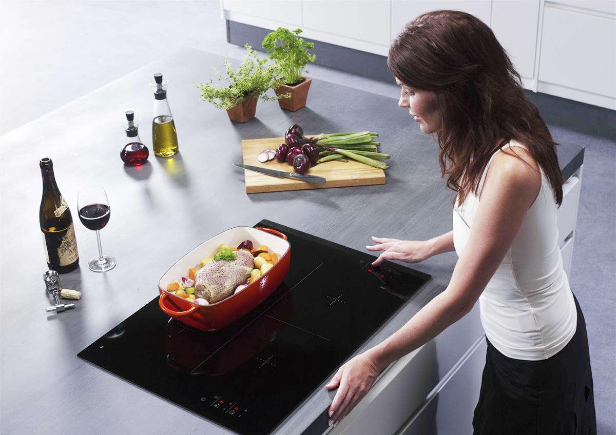 Девушка у плиты на кухне