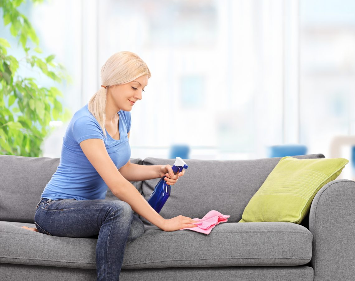 Девушка моет диван