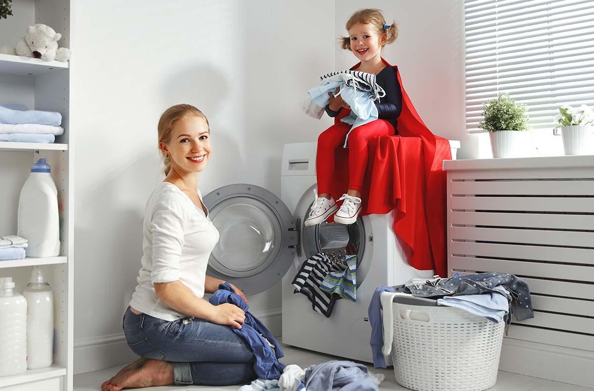 Женщина с дочкой у стиральной машины