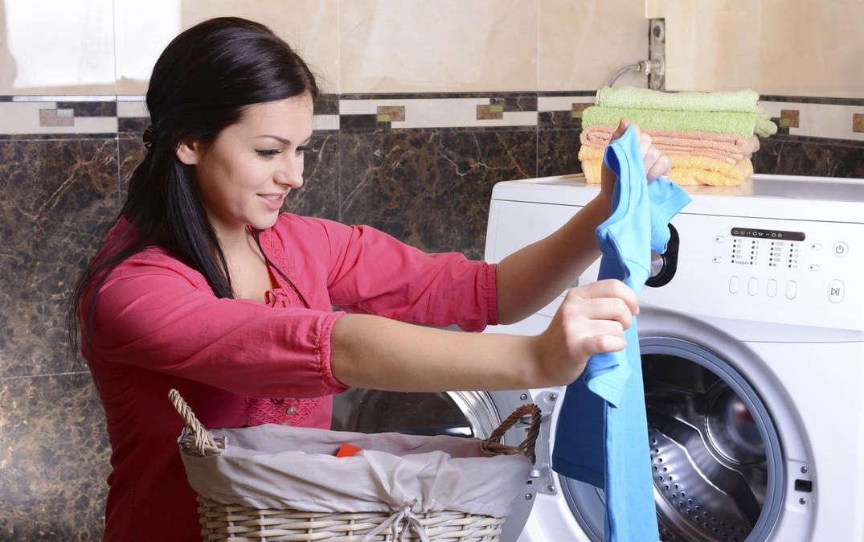 Женщина стирает одежду