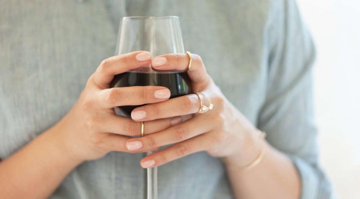 Бокал вина в руках