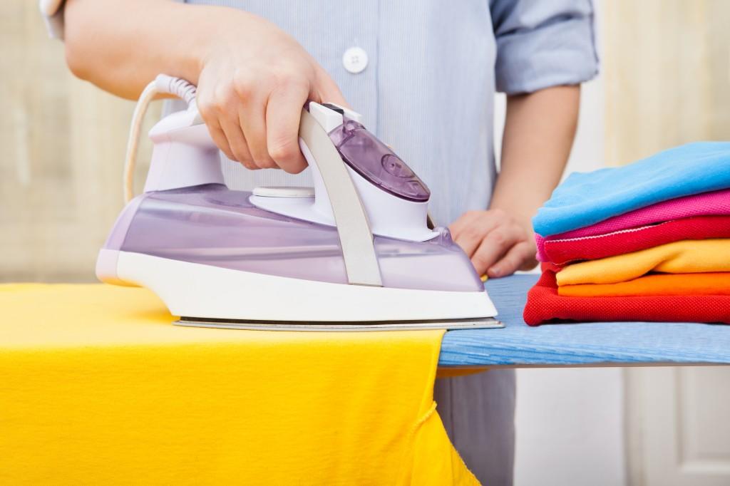 Гладит одежду