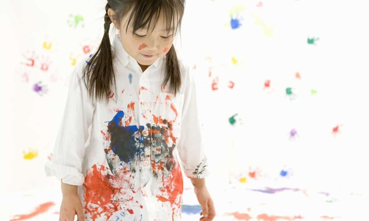 Девочка измазалась краской