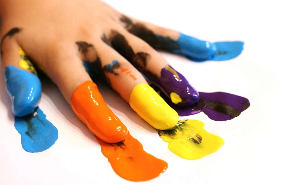 Пальцы в разноцветной краске