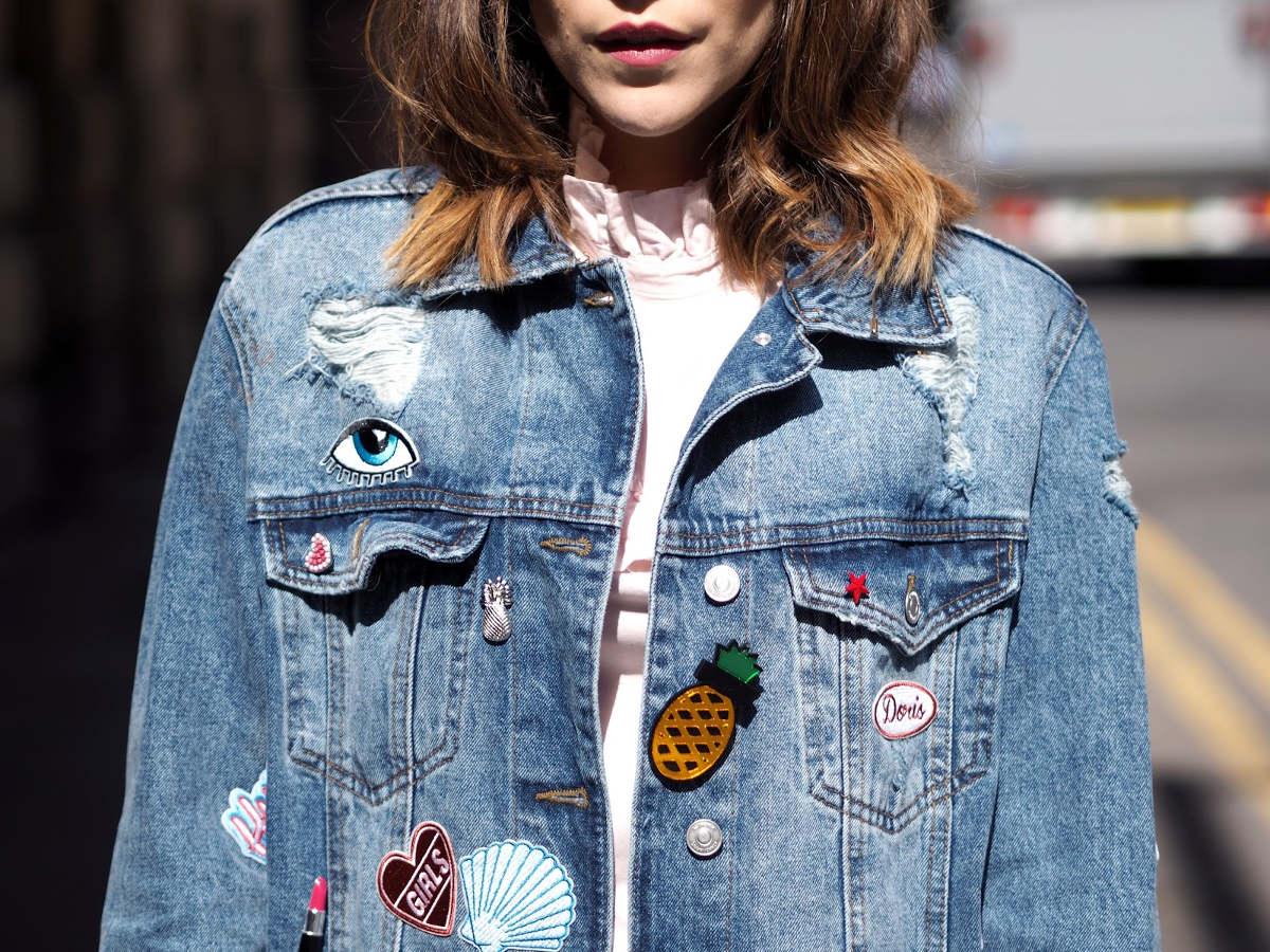 Девушка в джинсовой куртке