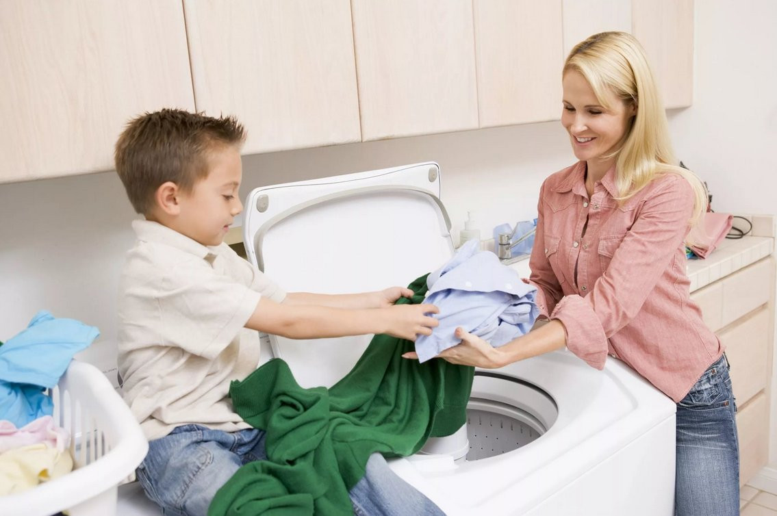 Мама с сыном стирают бельё