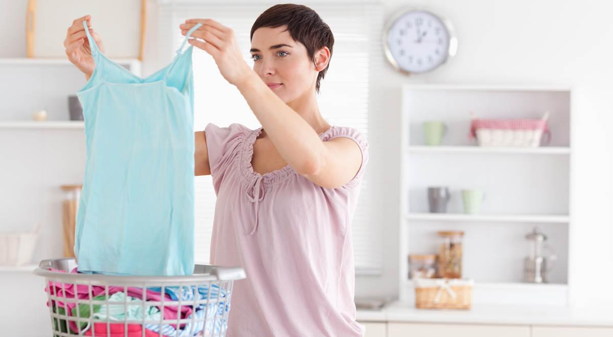 Женщина с чистой одеждой в руках