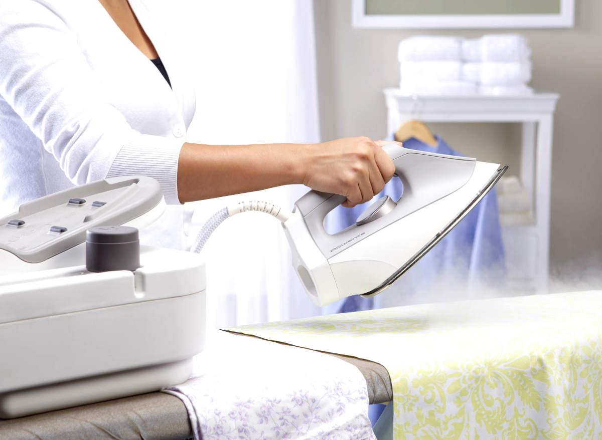 Женщина гладит одежду