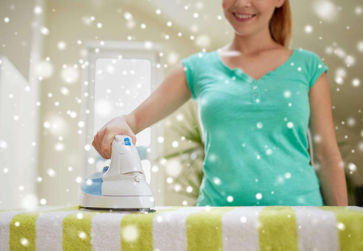 Девушка гладит утюгом