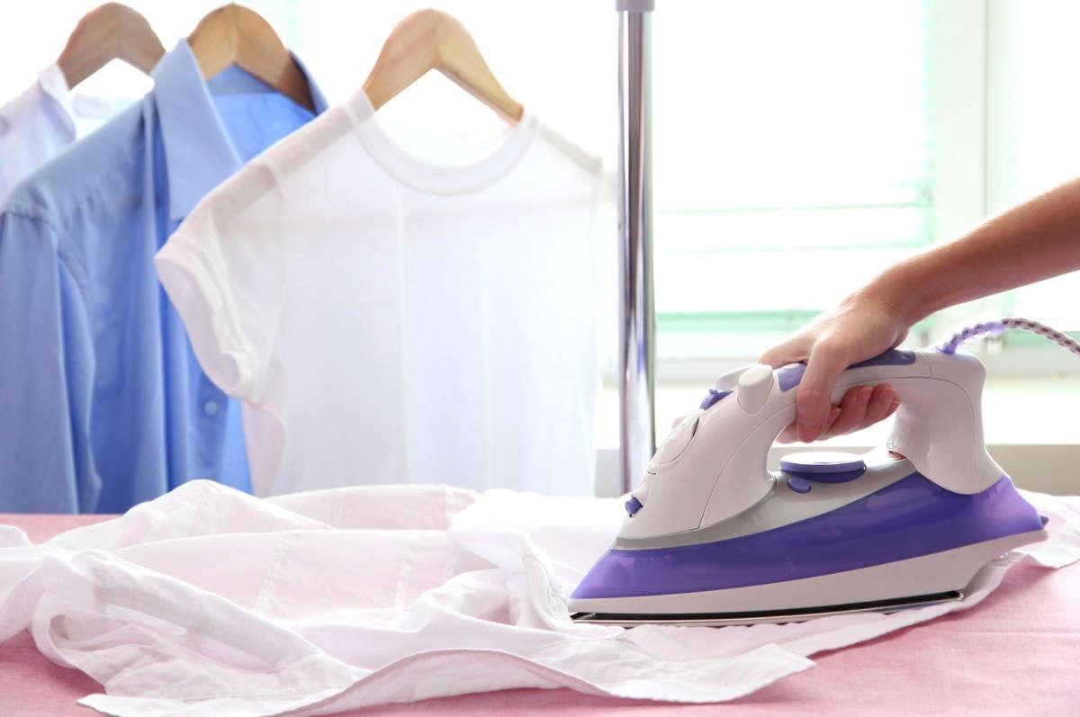 Гладит рубашку