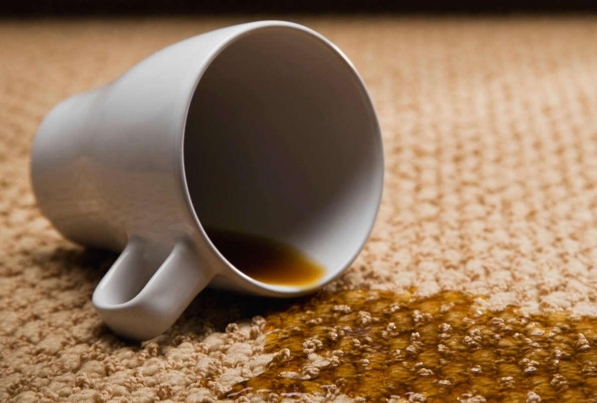 Кофе разлилось по ковру