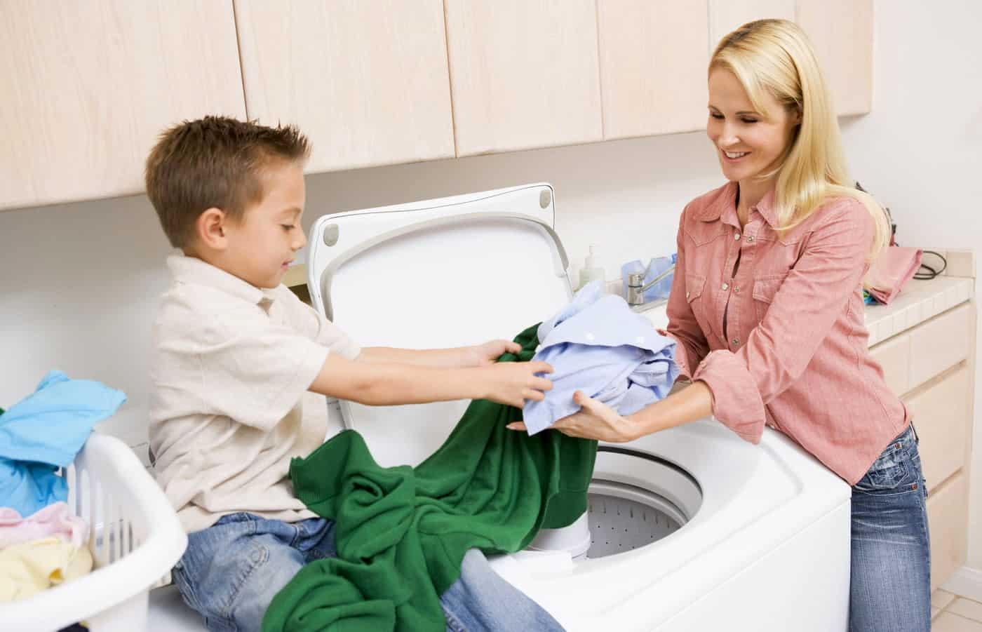 Мама с ребёнком у стиральной машины