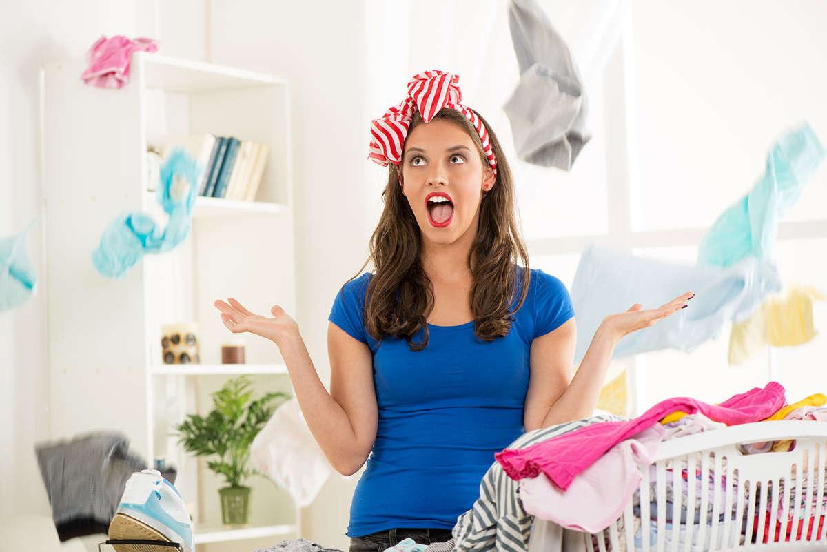 Хозяйка подбрасывает одежду