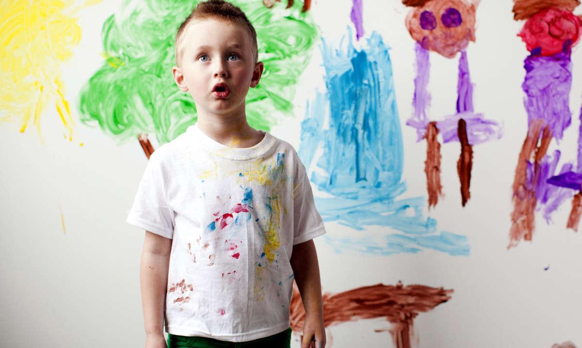 Мальчик измазался краской