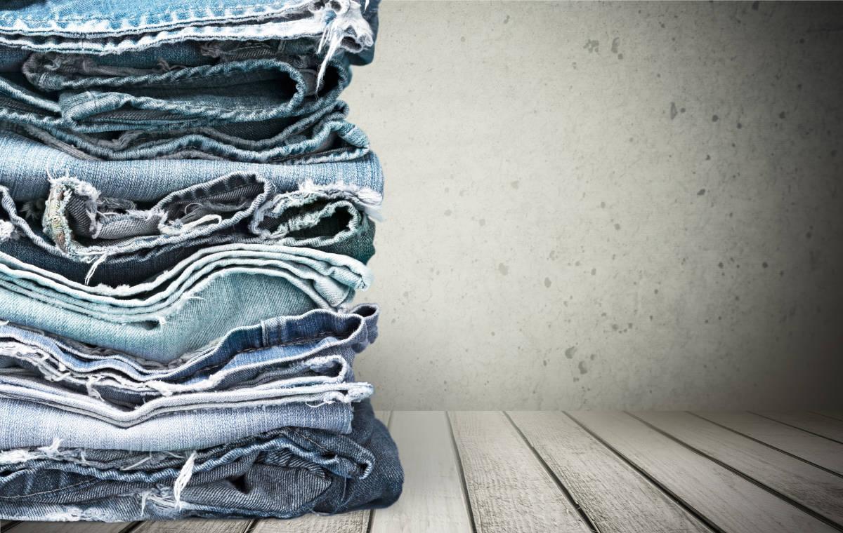 Стопка джинсовой одежды
