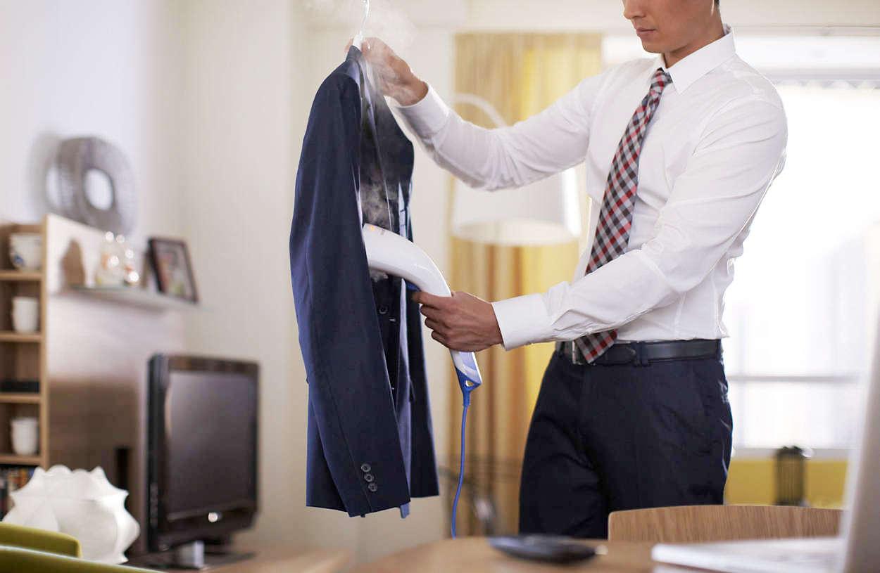 Мужчина отпаривает пиджак