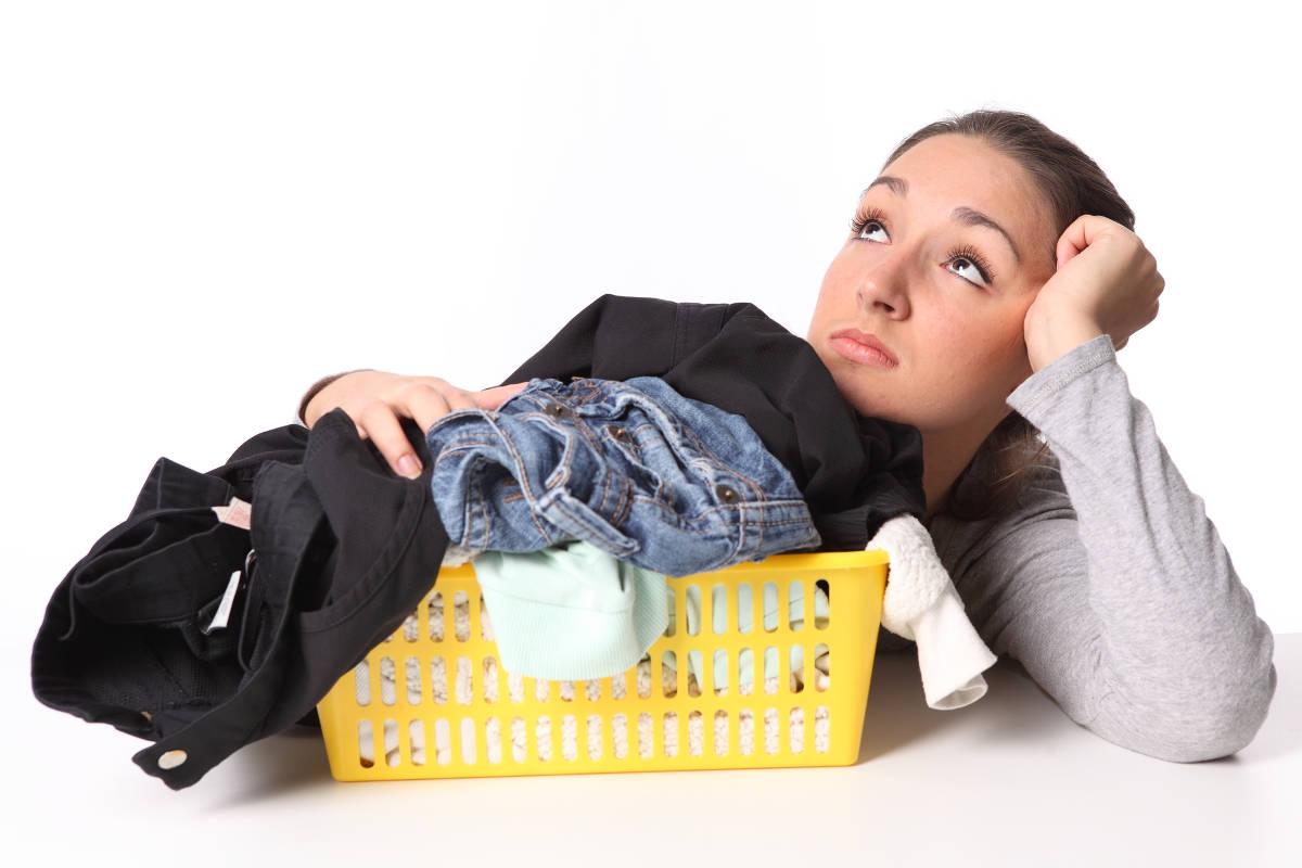 Девушка с корзиной грязной одежды