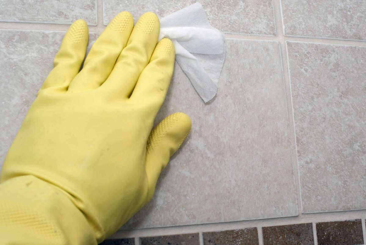 Рука в перчатке на кафеле