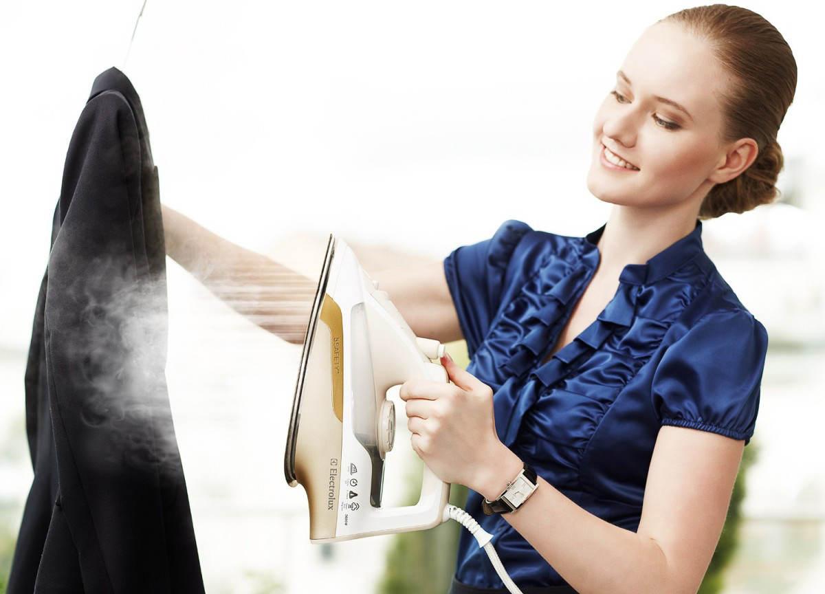 Женщина чистит пиджак