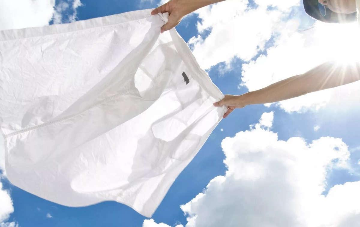 Белая рубашка в руках