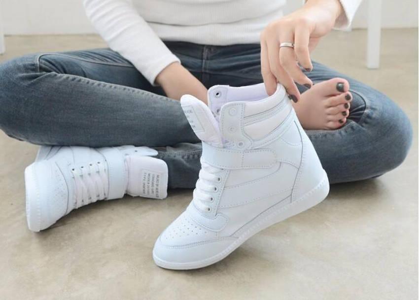 Девушка с белыми кроссовками