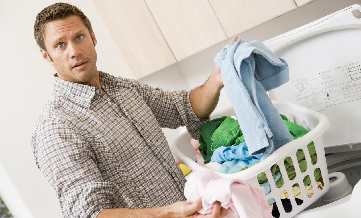 Мужчина с корзиной одежды