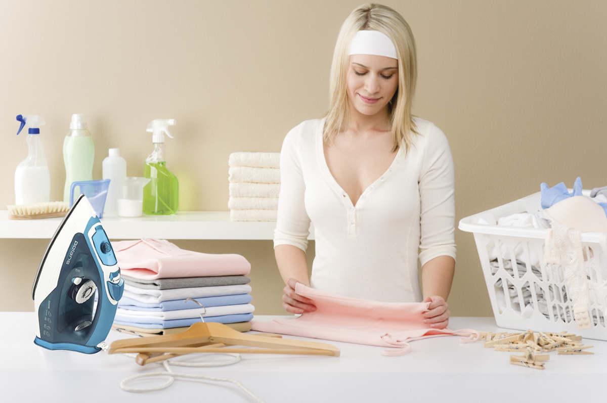 Девушка гладит бельё