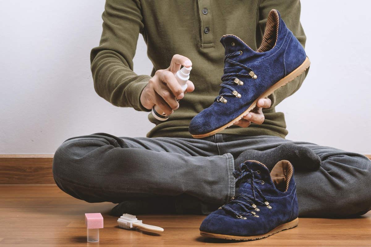 Чистит обувь