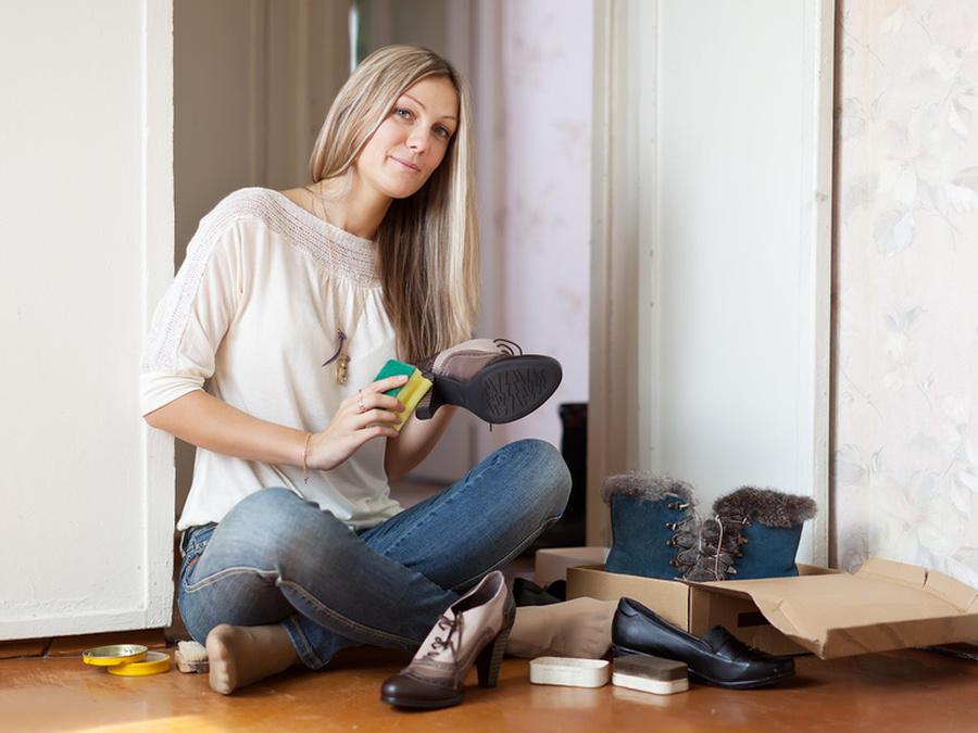 Девушка чистит туфли