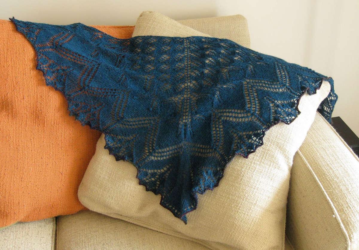 Пуховый платок на диване