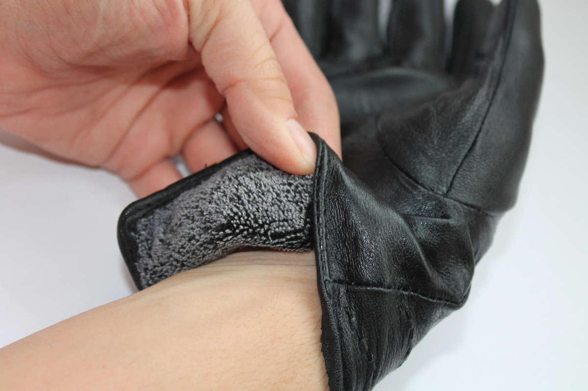 Кожаная перчатка на руке