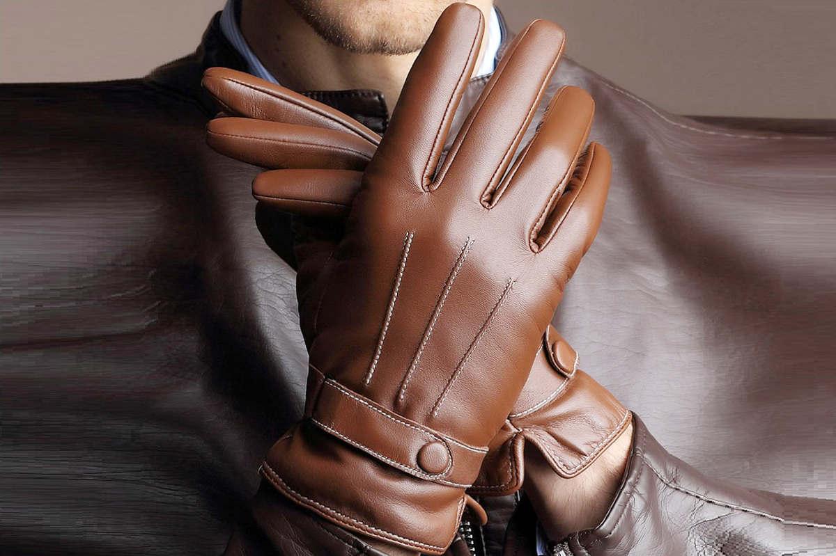 Руки в кожаных перчатках
