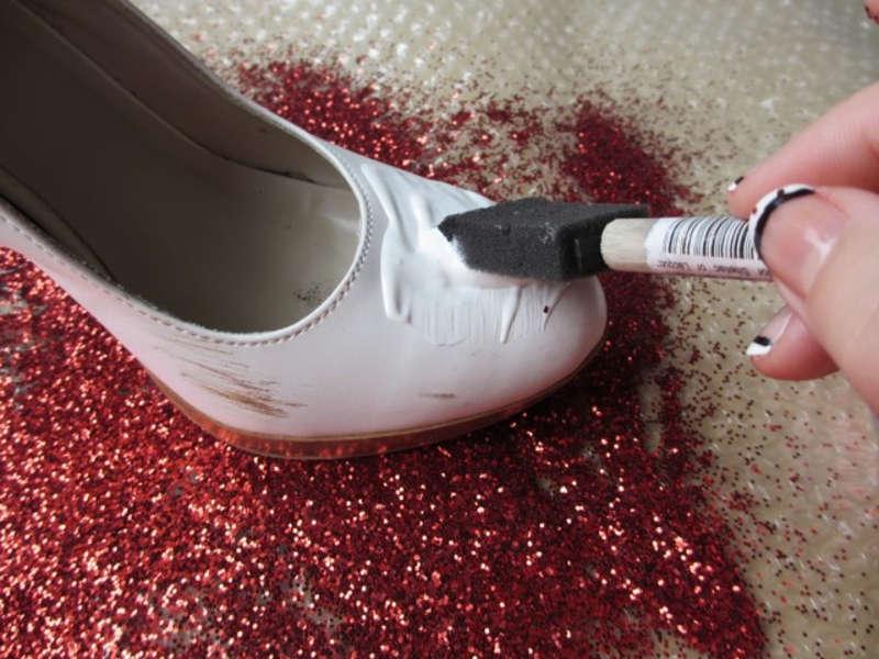 Чистит белые туфли