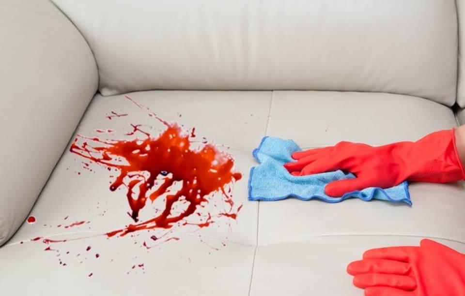 Пятно крови на диване
