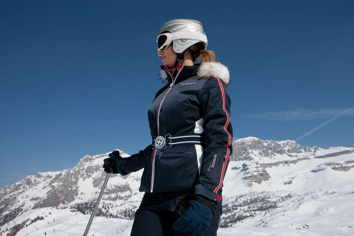 Девушка в лыжном костюме