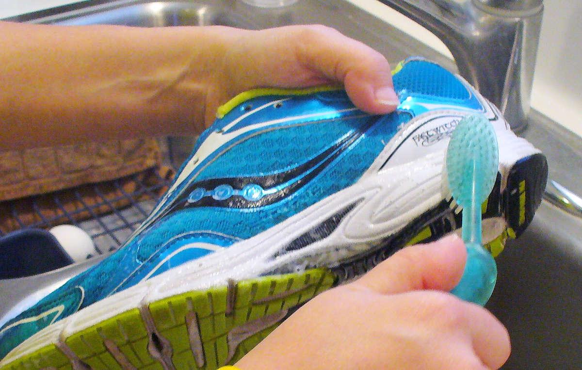 Чистка обуви щёткой