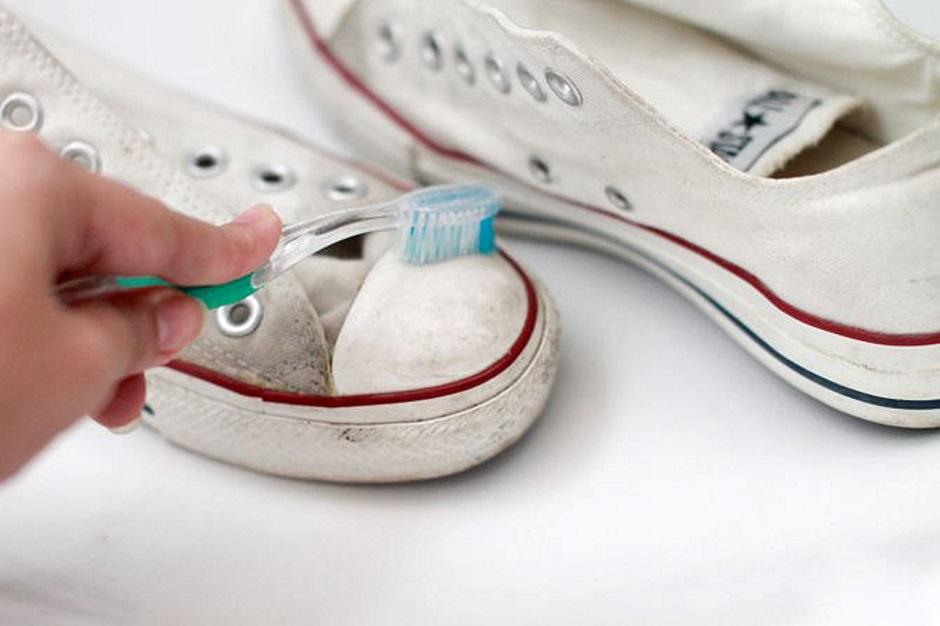 Чистит кеды зубной щёткой