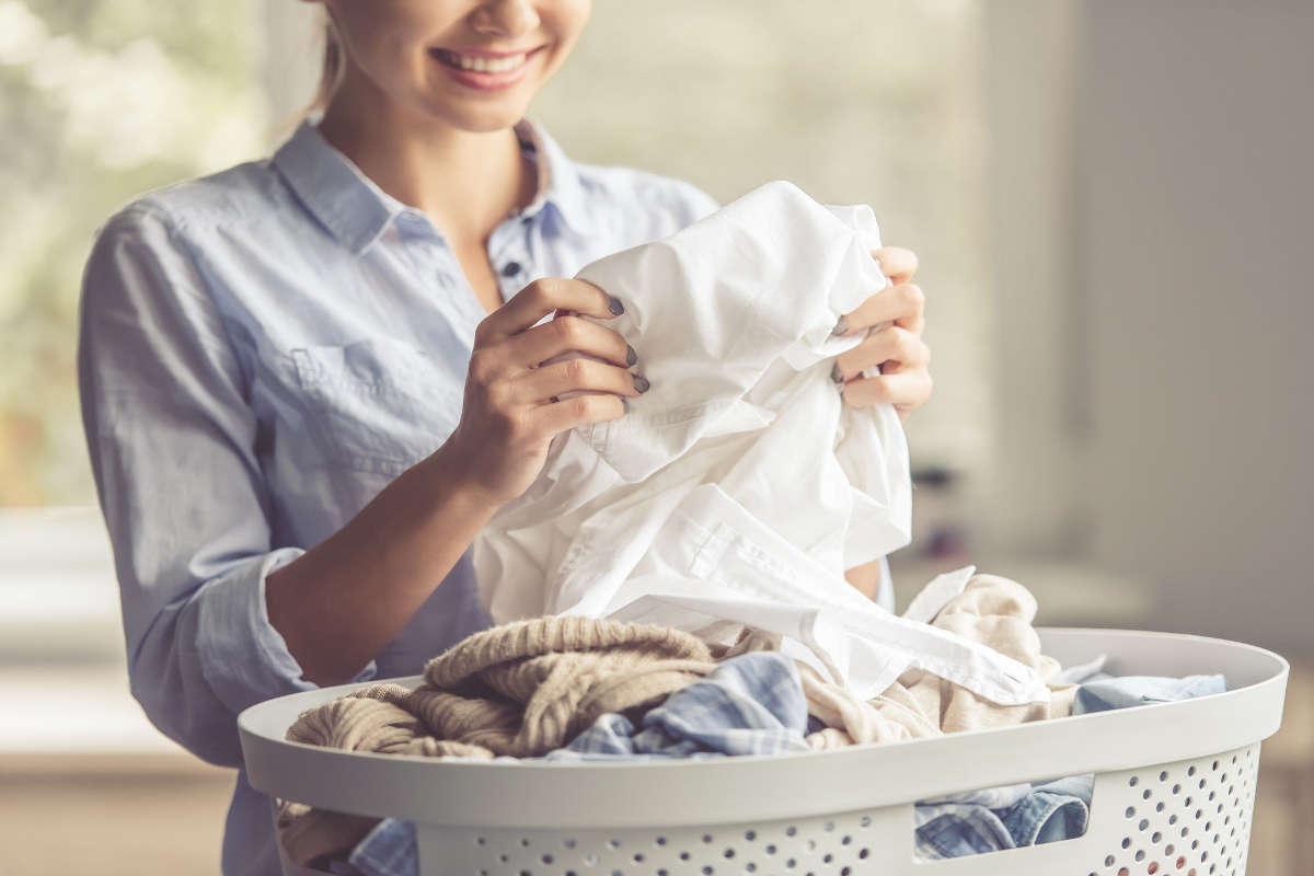 Женщина сортирует бельё