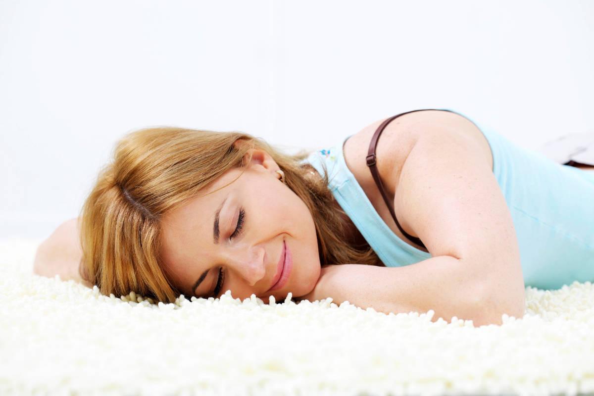 Девушка лежит на ковре