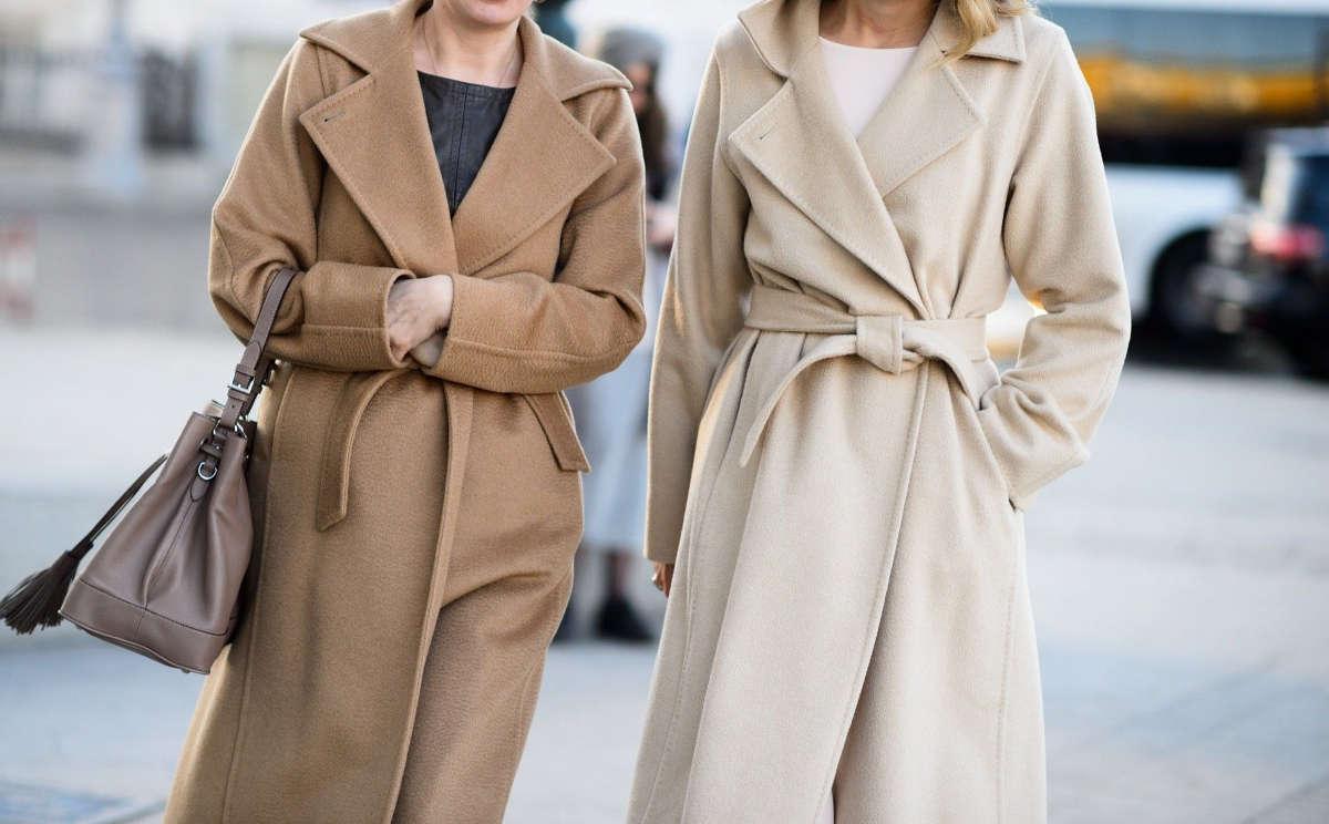 Две девушки в пальто