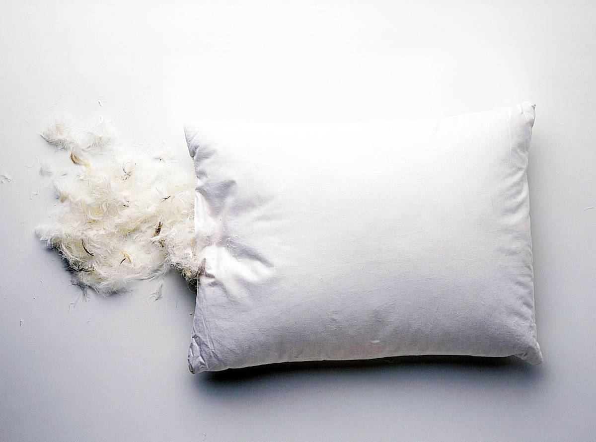 Перья высыпались из подушки