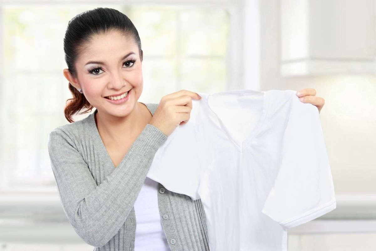 Девушка с белой футболкой