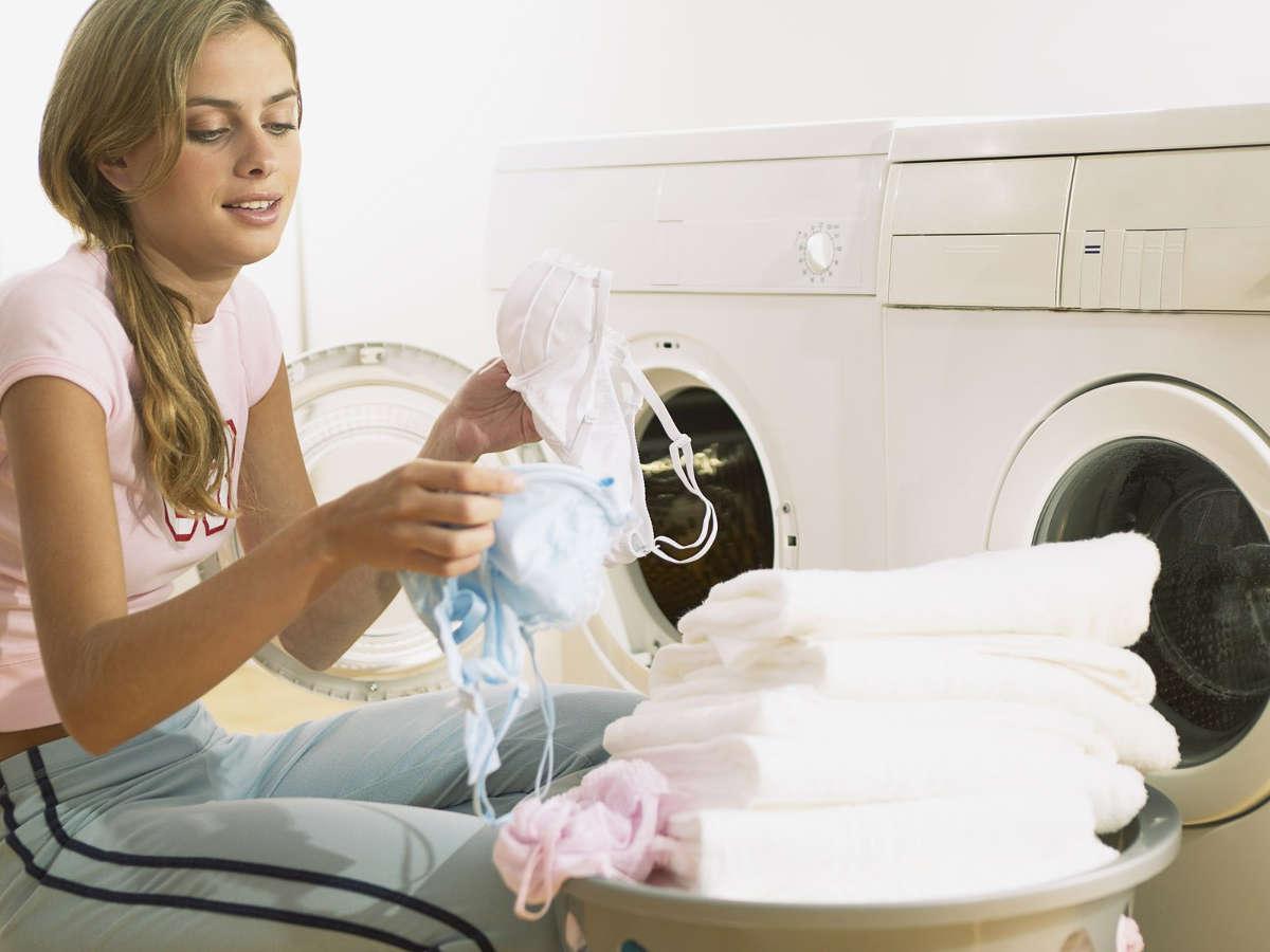 Девушка стирает бельё