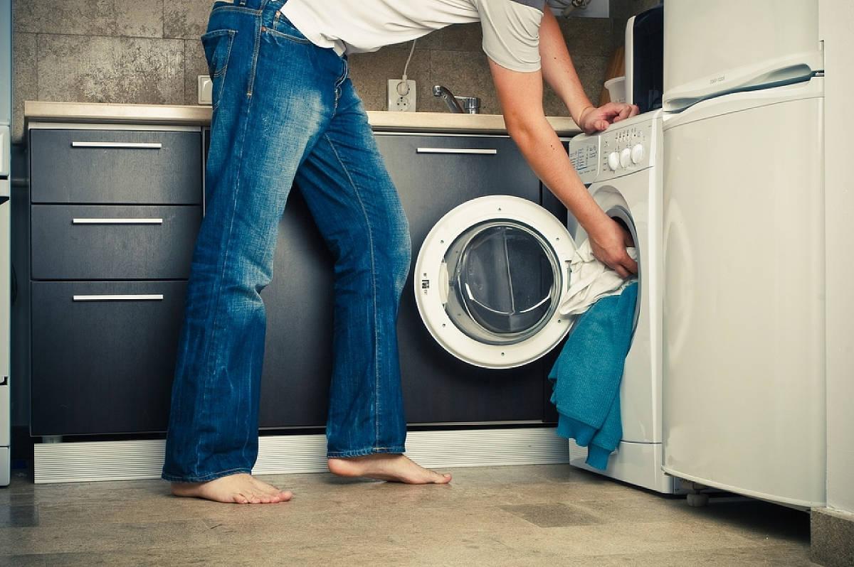 Хозяйка у стиральной машины