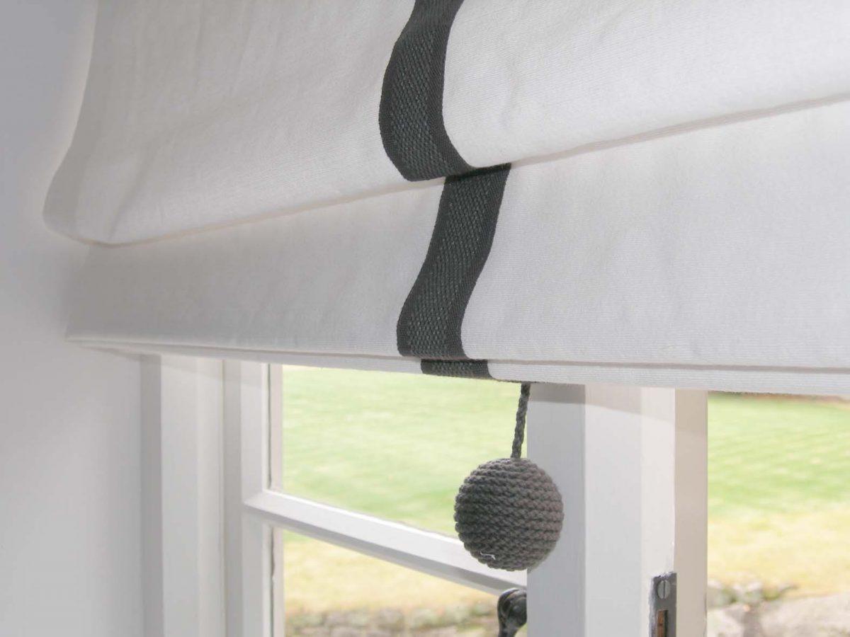 Рулонная штора на окне