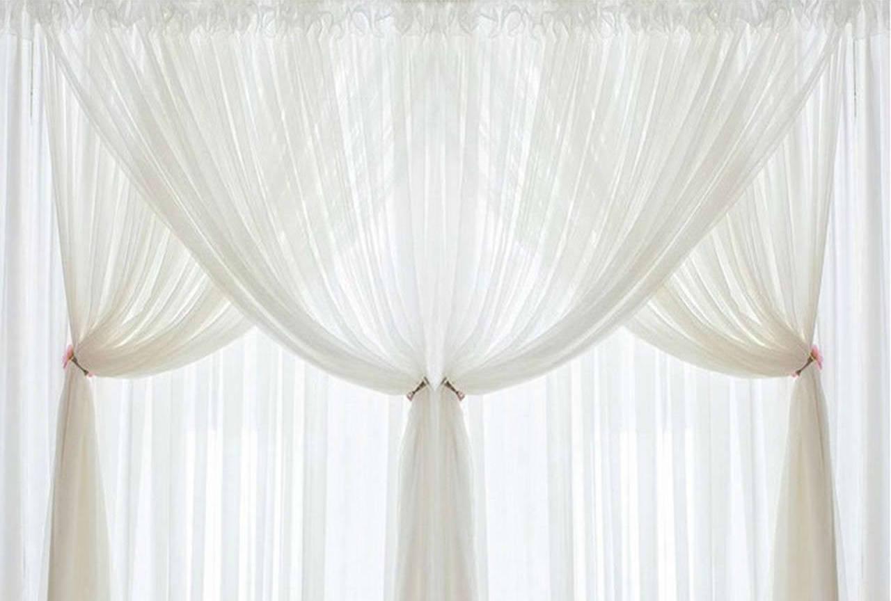 Белый тюль на окне