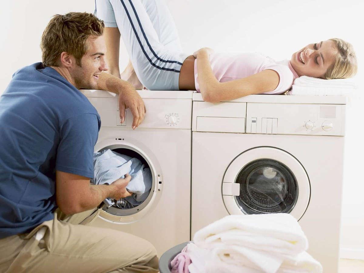 Муж и жена у стиральной машины
