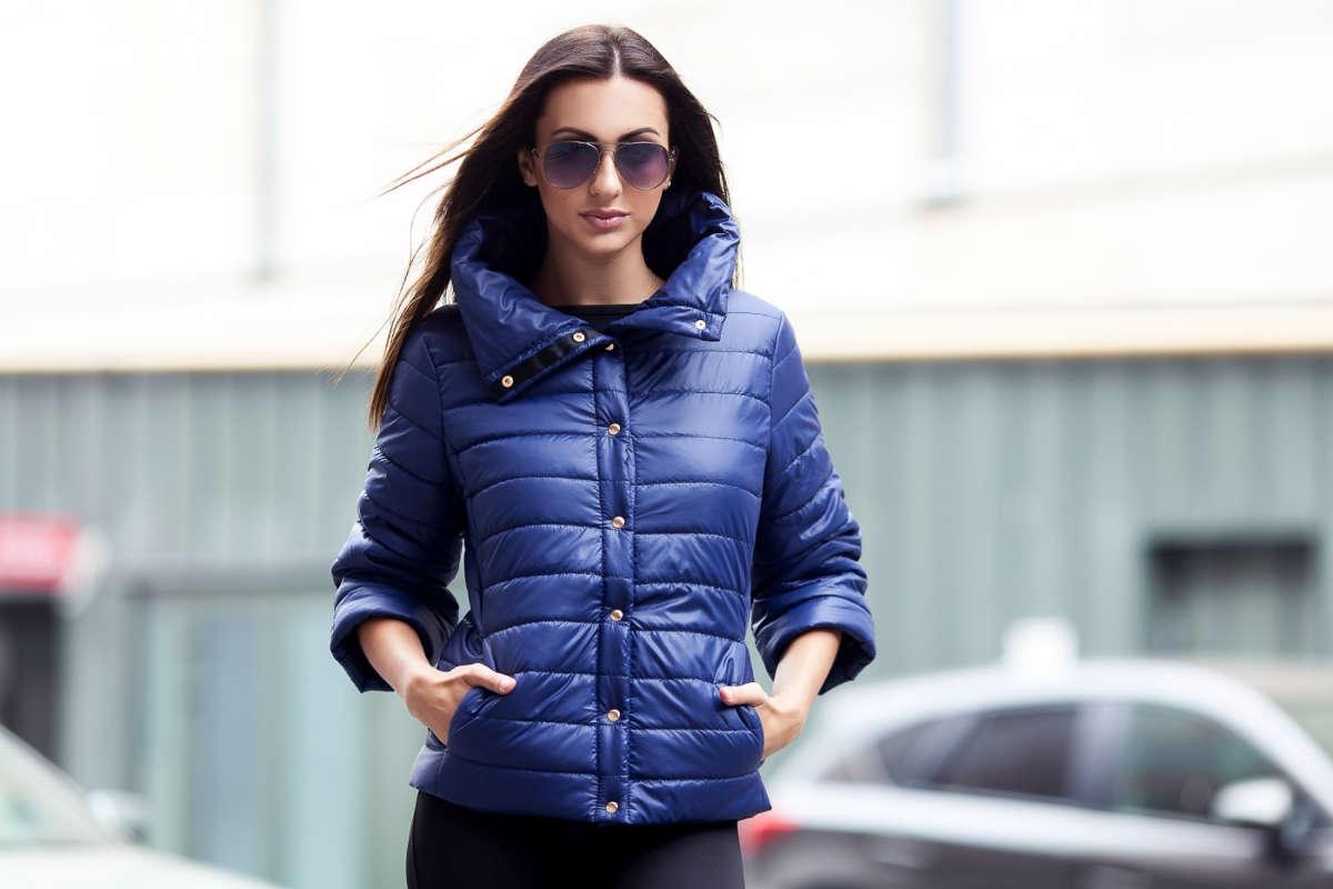 Девушка в пуховой куртке