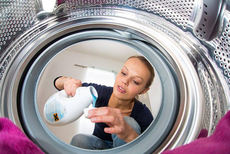 Женщина у стиральной машины